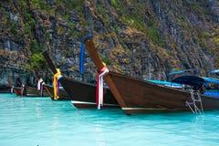 Het oceaanlandschap van Thailand Exotische strandmening en traditioneel schip Royalty-vrije Stock Foto's
