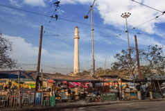 Het Ochterlonymonument of Shaheed Minar een beroemd oriëntatiepunt in de stad van Kolkata zoals die van een straat dichtbij Chowr stock foto