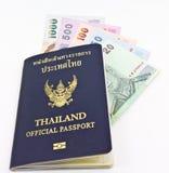 Het officiële paspoort van Thailand en Thais geld Royalty-vrije Stock Fotografie
