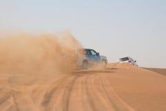 Het Offroad drijven in woestijn Stock Afbeeldingen