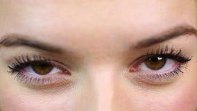 Het ogenclose-up, mooie actrice op afgietsel aan werkelijkheid toont Vrouw het flirten stock footage