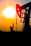 Het olieveld, de oliearbeiders werkt Stock Foto's