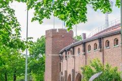 Het Olympische die Stadion van Stockholm door bomen wordt omringd Stock Foto