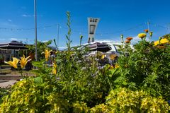 Het Olympische Stadion van Montreal zoals die van achter een kleurrijk bloemstuk wordt gezien stock foto's