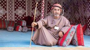 Het Omani mens lounging Stock Afbeeldingen