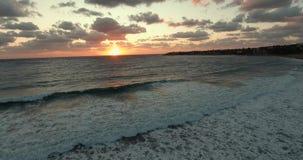 Het omcirkelen van de camera over het overzees Vlucht op de hommel aan de zonsondergang De golven rollen over elkaar stock video