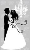 Het omhelzen van de bruid en van de bruidegom Stock Foto
