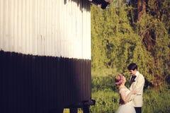 Het omhelzen van de bruid en van de bruidegom Stock Fotografie