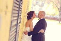 Het omhelzen van de bruid en van de bruidegom Stock Afbeelding