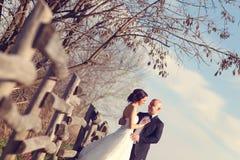 Het omhelzen van de bruid en van de bruidegom Stock Afbeeldingen
