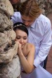 Het omhelzen van jonggehuwde Royalty-vrije Stock Foto's