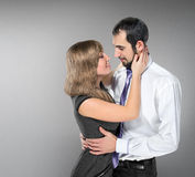 Het omhelzen van paar in liefde het stellen bij studio Stock Foto's