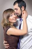 Het omhelzen van paar in liefde het stellen bij studio Stock Fotografie