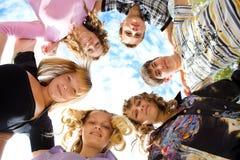 Het omhelzen van vrienden Stock Foto