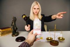 Het omkopen van een jonge vrouwenrechter voor een oordeel in hun gunst stock afbeelding