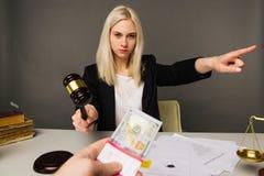 Het omkopen van een jonge vrouwenrechter voor een oordeel in hun gunst royalty-vrije stock foto