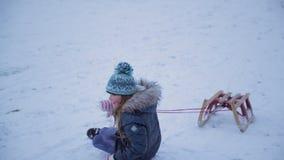 Het omvallen in de Sneeuw stock videobeelden
