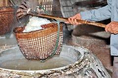Het omwikkelen van gekristalliseerd zout van gekookt zoutwater aan droog stock afbeeldingen