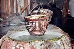 Het omwikkelen van gekristalliseerd zout van gekookt zoutwater aan droog stock foto's