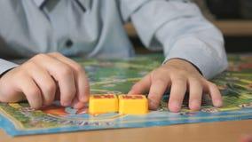 Het onbekende jongen spelen met onderwijsspel stock footage