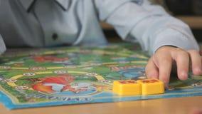 Het onbekende jongen spelen met onderwijsspel stock videobeelden