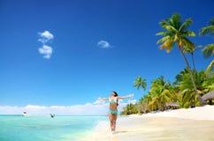 Het onbezorgde jonge vrouw ontspannen op tropisch strand stock afbeelding