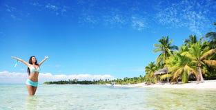 Het onbezorgde jonge vrouw ontspannen op tropisch strandpanorama royalty-vrije stock foto