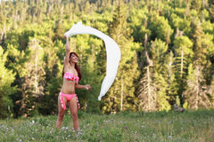Het onbezorgde Spelen van de Vrouw in de Wind Stock Afbeelding