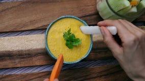 Het onderdompelen van plantaardige stokken in oranje saus Hoogste mening Het eten van veganist en vegeterian voedsel Levensstijl  stock footage
