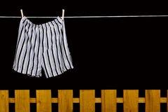 Het ondergoed van mensen het hangen op een drooglijn Stock Fotografie