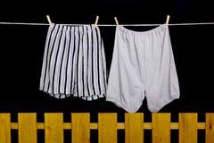 Het ondergoed van mensen het hangen op een drooglijn Royalty-vrije Stock Foto's