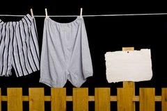 Het ondergoed van mensen het hangen op een drooglijn Stock Afbeeldingen