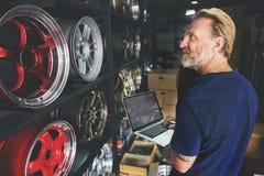Het Onderhoud Mechanisch Fixing Spare Concept van de garagemotor stock afbeelding