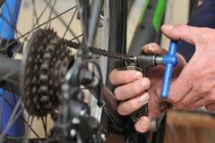 Het onderhoud van de fietsketting royalty-vrije stock afbeeldingen