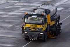 Het Onderhoud van de luchthavenoppervlakte van de Baan - Boschung Jet Broom Stock Fotografie