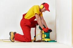Het onderhoud van de Vloer van het parket door malende machine stock foto's