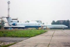 Het onderhoud van passagiersvliegtuigen op de luchtvaart technische basis royalty-vrije stock afbeelding
