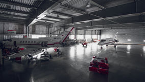 Het onderhouden van bedrijfsluchtvaart bij een hangaar Royalty-vrije Stock Afbeelding