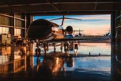 Het onderhouden van bedrijfsluchtvaart bij een hangaar Stock Foto