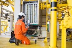 Het onderhouds elektrisch systeem van de elektro en instrumententechnicus bij zeeolie en gasverwerkingsplatform royalty-vrije stock afbeelding
