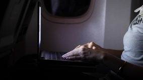 Het onderneemsterwerk aangaande laptop bij vliegtuig, handen sluit omhoog stock videobeelden