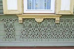 Het onderste deel van venster met verbrijzelen en oude kanten muur De straten van Irkoetsk Stock Fotografie