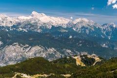 Het onderstel Triglav, de hoogste piek in Slovenië, zoals die van het toeristische gebied van Vogel wordt gezien royalty-vrije stock foto