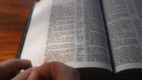 Het onderstrepen van tekst van Heilige Bijbel stock footage