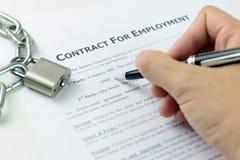 Het ondertekenen van arbeidsovereenkomst Royalty-vrije Stock Foto's