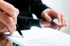 Het ondertekenen van bedrijfsdocument Stock Fotografie