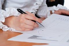 Het ondertekenen van belangrijke documenten Stock Afbeeldingen