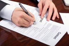Het ondertekenen van contract Stock Foto's