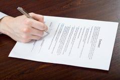 Het ondertekenen van contract door zakenman Royalty-vrije Stock Afbeeldingen