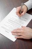 Het ondertekenen van contract door zakenman Royalty-vrije Stock Afbeelding